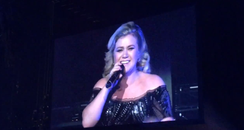 kelly clarkson on stage