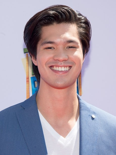 The 28-year old son of father (?) and mother(?), 189 cm tall Ross Butler in 2018 photo